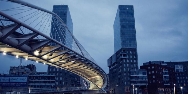 Admira el Puente de Zubizuri en tu escapada barata a Bilbao