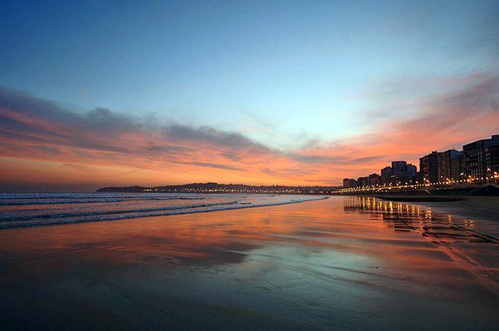 Playa de San Lorenzo en tu escapada barata a Gijón